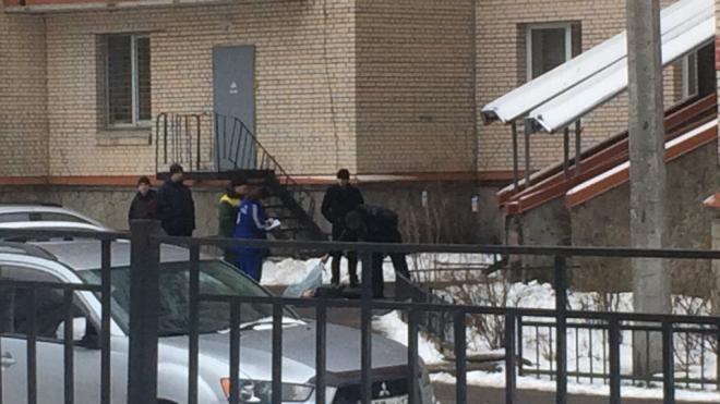 На Кондратьевском около дома нашли труп