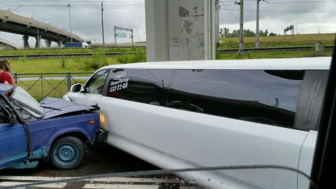 В Петербурге в аварию попал лимузин с молодоженами
