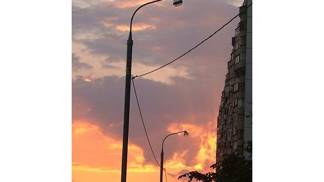 В Выборгском районе фура снесла фонарный столб