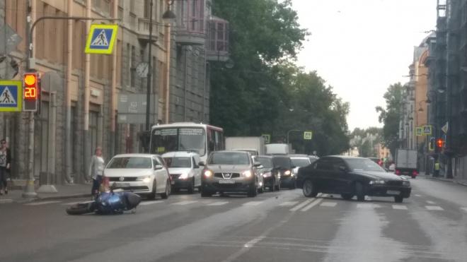 """В Петроградском районе мотоциклист отделался царапиной после столкновения с """"BMW"""""""