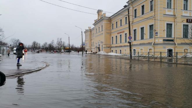 Привокзальная площадь в Ломоносове оказалась в воде