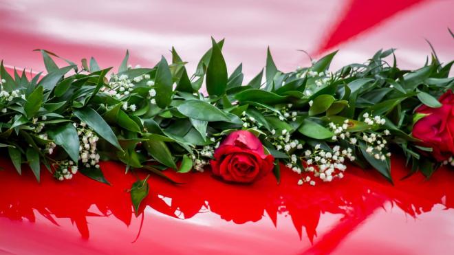 В Пушкинском районе мужчина стрелял из люка свадебного авто