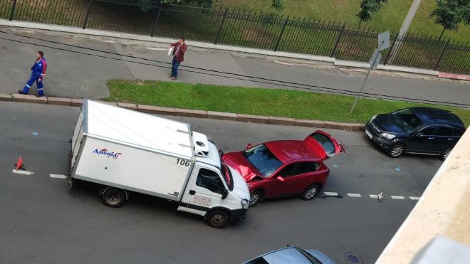 Микроавтобус врезался в легковушку на перекрестке улиц Академика Павлова и Уфимской