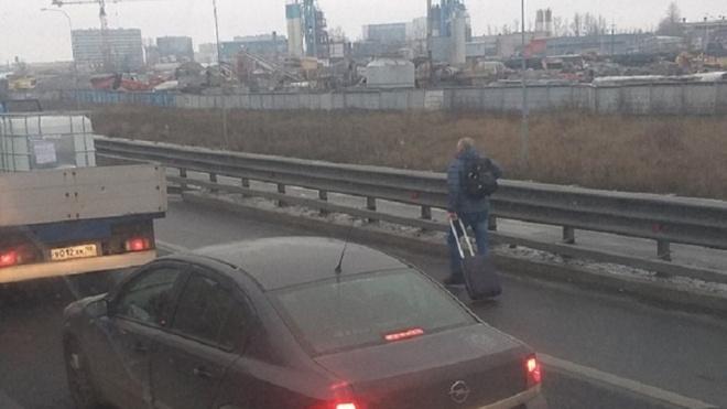 Петербуржцы добираются до Пулково пешком из-за пробок на КАД