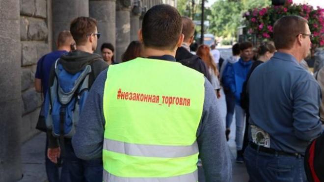 Активисты изгнали два десятка нелегальных торговцев с Дворцовой площади
