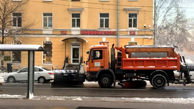 Более 500 машин чистят улицы Петербурга от гололеда