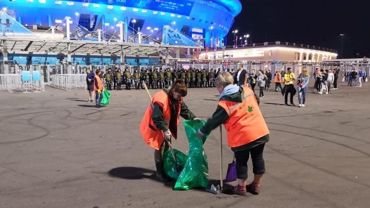 """Территорию вокруг стадиона """"Санкт-Петербург"""" убирали 130 человек и 31 единица техники"""
