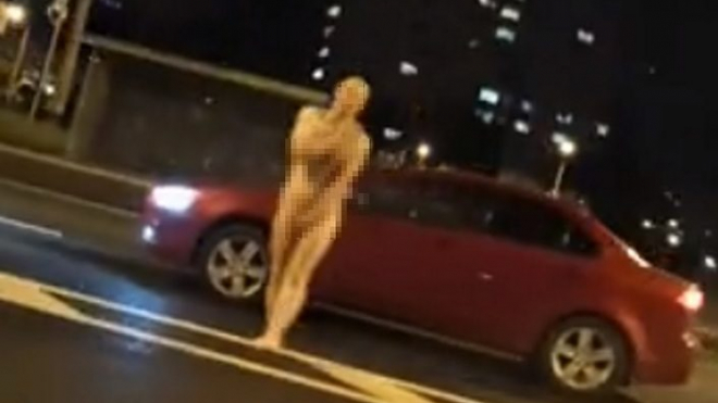 На проспекте Стачек разгуливал голый мужчина