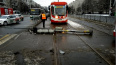 Светофор преградил путь трамваю у перекрестка улицы ...