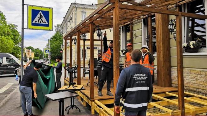 В центре Петербурга избавились от двух незаконных летних кафе