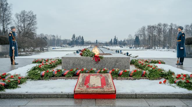 Губернатор поздравил петербуржцев с Ленинградским Днем Победы стихами