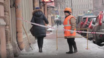 Жилищный комитет: коммунальщикам разрешат убирать снег не до асфальта, а до настила