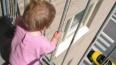 Полицейский спас ребенка от падения с 8 этажа после ...