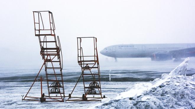 Из-засильного снегопада самолет из Петербурга в Таджикистан задержали на 5 часов
