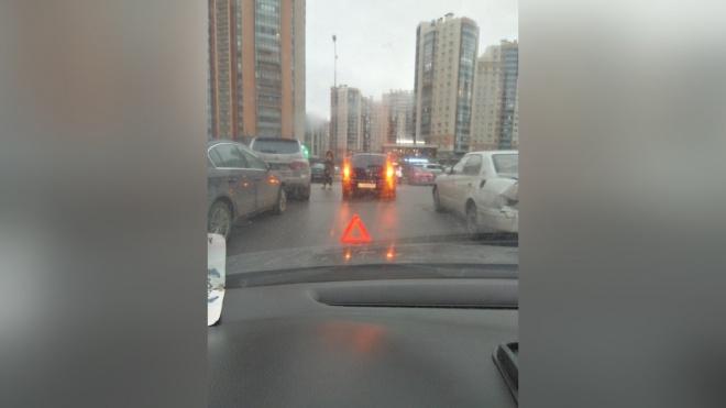 На Комендантском проспекте пешеход попал под колеса иномарки