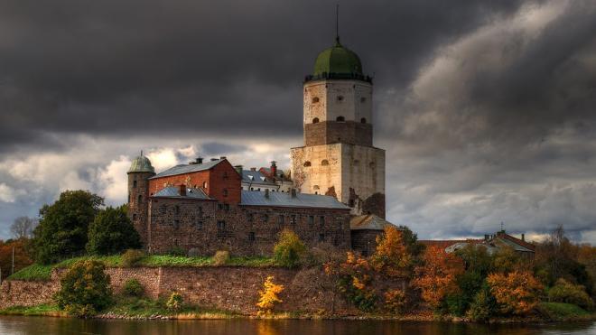 Во время экскурсии в Выборгском замке мужчина упал с лестницы