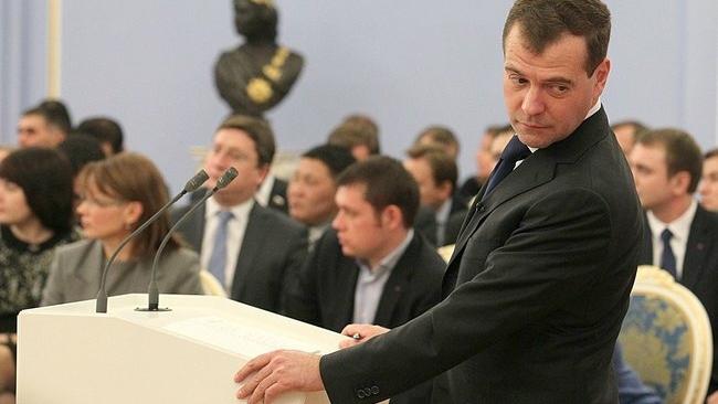 Президент России поручил ФАС проследить за ценами на бензин
