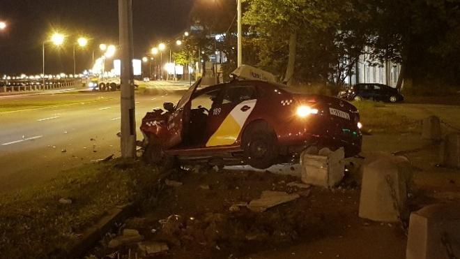Ночью таксист уснул за рулем и влетел в столб на Выборгской набережной