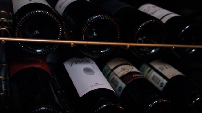 Диетолог посоветовала запивать вино и шампанское водой
