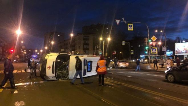 Карета скорой помощи перевернулась после ДТП в Петербурге