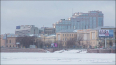 На Свердловской набережной очищают воду от очередного ...
