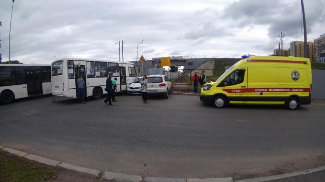 На Пулковском шоссе водитель такси врезался в забор вместе с тремя пассажирками в салоне