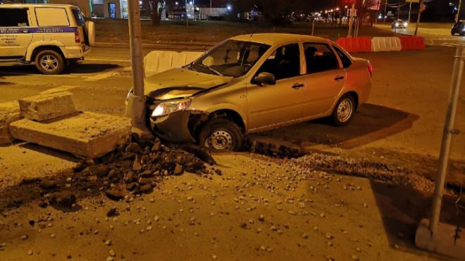 В Петербурге гонщик врезался в столб, пытаясь уйти от полиции
