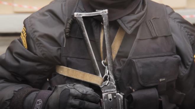 Сотруднику СОБР пришлось применить оружие для задержания подозреваемого преступника на Варшавской улице