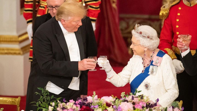 Дональд Трамп оконфузился перед Елизаветой II из-за прошлогоднего подарка