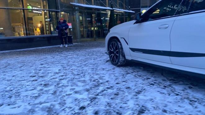 Припаркованный BMW заметили у галереи бутиков на Большом проспекте. Хозяин пока не нашелся