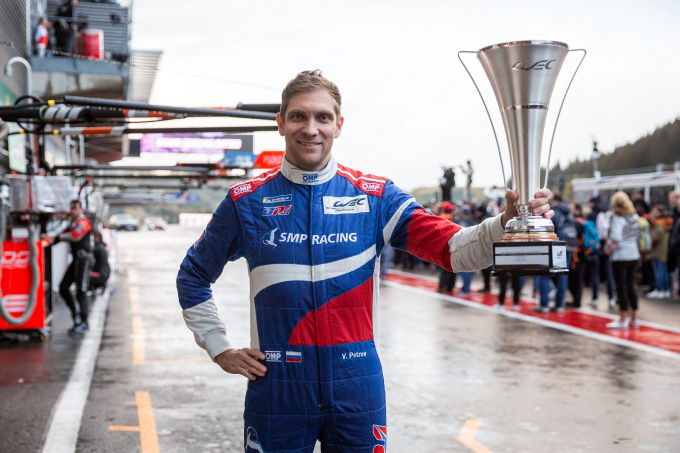 Виталий Петров с кубком гонки 6 часов Спа-Франкоршам
