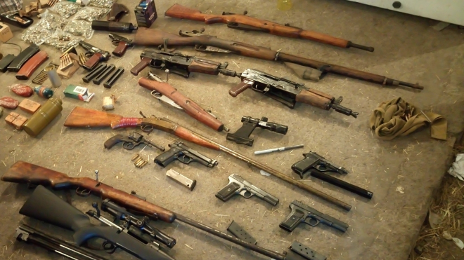 В гараже задержанного торговца оружием из Петербурга нашли внушительный арсенал