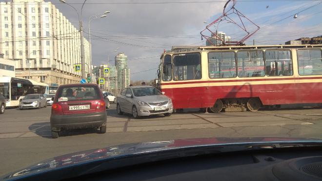Под трамваи попали две иномарки за 10 минут в Петербурге