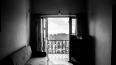 Пенсионер, который выпал из окна в Купчино, испытывал ...