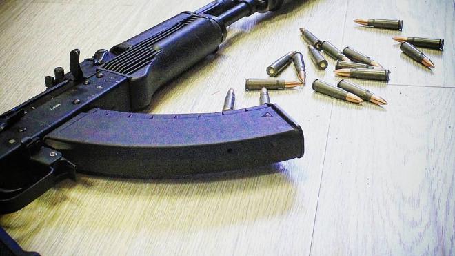 Окровавленный мужчина с охотничьим ружьем перепугал жильцов дома в Петербурге