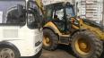 В центре Омска трактор врезался в пассажирский автобус