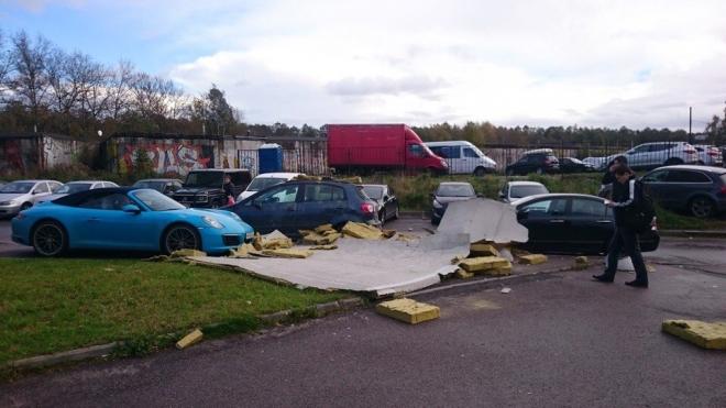 На Коломяжском стена здания обрушилась на дорогой Porsche и еще два автомобиля