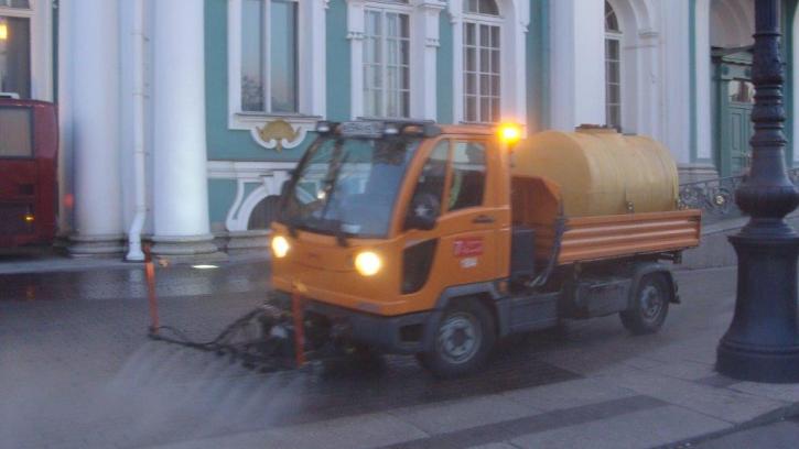 """После """"Алых парусов"""" Петербург будут убирать 240 дворников"""