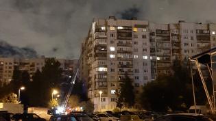 """На юге Петербурга тушили """"брежневку"""" в 12 этажей"""