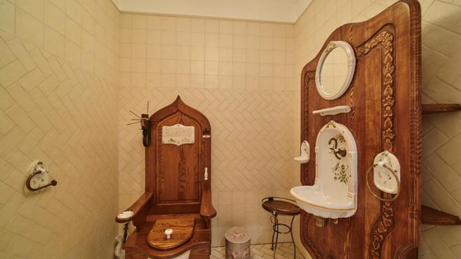 В Челябинске продают особняк с унитазом в виде королевского трона