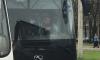 На улице Типанова водитель маршрутки кинул в экскурсионный автобус огнетушитель