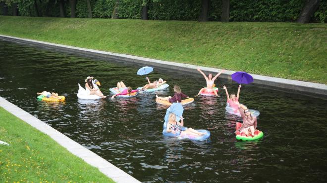 Петербурженки устроили заплыв на надувных матрасах в центре города