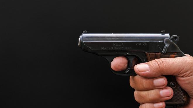 Пассажиры угрожали таксисту двумя пистолетами