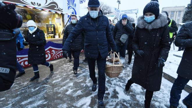 Александр Дрозденко побывал на новогодней ярмарке в Петербурге
