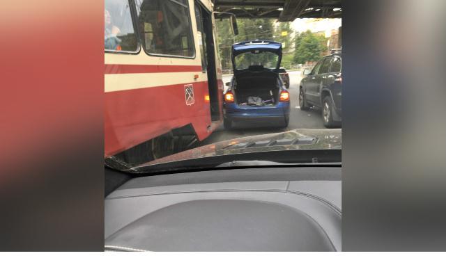 Столкнувшиеся Skoda и трамвай собрали пробку на улице Карбышева