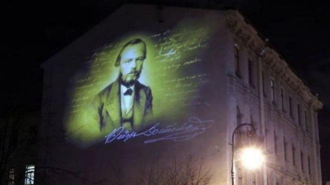 Петербурженка показала, как выглядит проекционное граффити на доме Достоевского