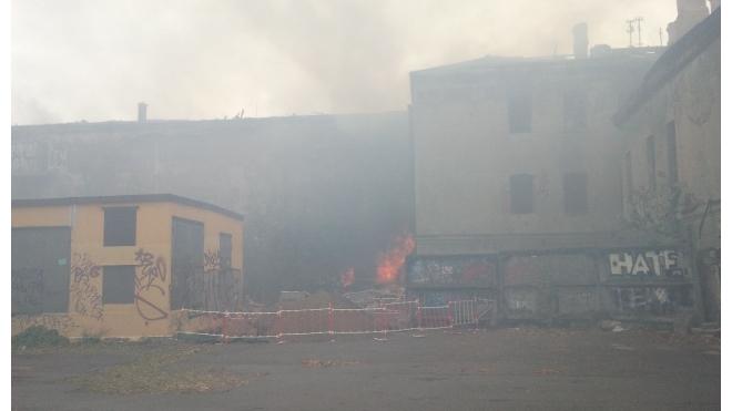 В Петербурге загорелось здание бывшего дома культуры на Обводном канале
