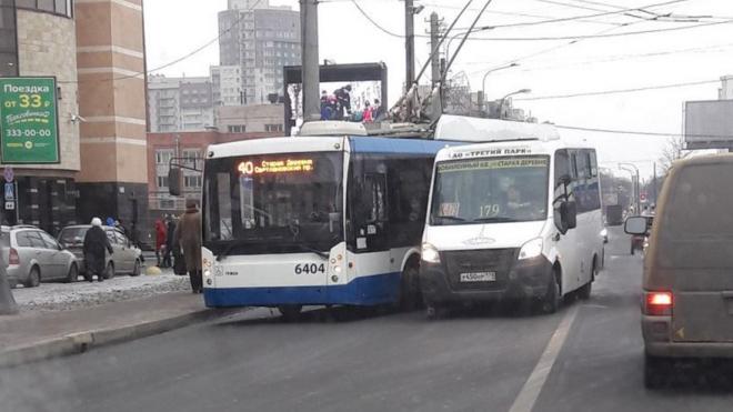 Маршрутка врезалась в троллейбус на Торфяной: ДТП перегородило движение