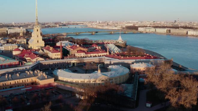 ГАТИ обнаружила на территории Петропавловской крепости мусор и незаконный бытовой городок