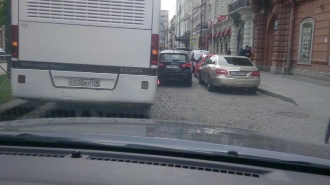 Автохам заблокировал движение на Большой Конюшенной улице